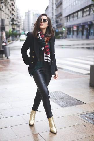 Comment porter: caban noir, chemisier à manches longues vert foncé, pantalon slim en cuir noir, bottines en cuir dorées
