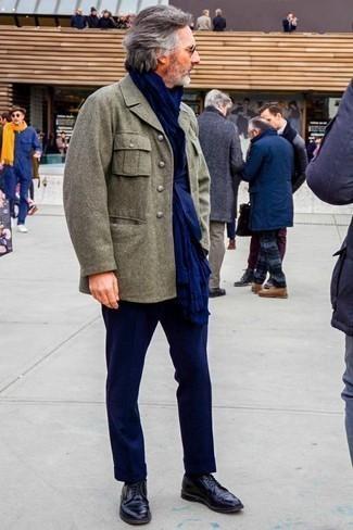 Comment porter des chaussures derby en cuir bleu marine: Choisis un caban olive et un costume bleu marine pour un look classique et élégant. Si tu veux éviter un look trop formel, fais d'une paire de des chaussures derby en cuir bleu marine ton choix de souliers.
