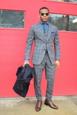 Comment porter une pochette de costume bleue: Marie un caban bleu marine avec une pochette de costume bleue pour une tenue relax mais stylée. Choisis une paire de des bottes habillées en cuir marron pour afficher ton expertise vestimentaire.