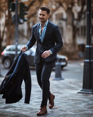 Comment porter: caban bleu marine, costume gris foncé, chemise en jean bleu clair, bottes brogue en cuir marron