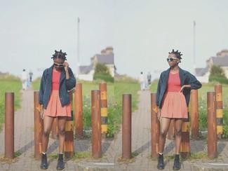 Comment porter: caban bleu marine, débardeur rouge, jupe patineuse orange, bottines plates à lacets en cuir noires