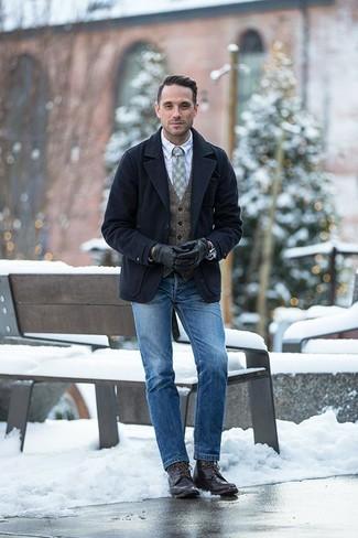 Comment porter des bottes de loisirs en cuir marron foncé: Pense à harmoniser un caban bleu marine avec un jean bleu pour prendre un verre après le travail. Une paire de des bottes de loisirs en cuir marron foncé est une option avisé pour complèter cette tenue.