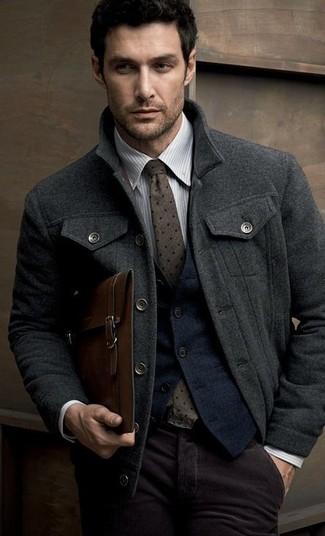 Comment porter: caban gris foncé, gilet en laine bleu marine, chemise de ville à rayures verticales grise, pantalon de costume en velours côtelé pourpre foncé