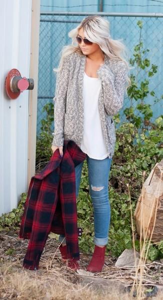 Comment porter: caban écossais rouge, gilet en tricot gris, t-shirt à col rond blanc, jean skinny déchiré bleu