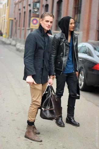 Comment porter: caban gris foncé, pantalon chino marron clair, bottes de loisirs en cuir marron