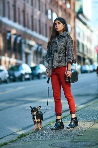 Comment porter: caban à chevrons gris, jean skinny rouge, bottines en cuir noires, sac bandoulière en cuir à clous noir