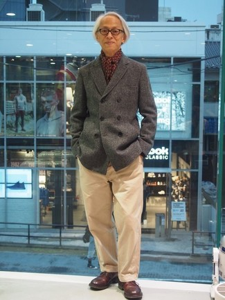 Comment porter: caban gris, pantalon chino marron clair, chaussures derby en cuir bordeaux, écharpe imprimée bordeaux