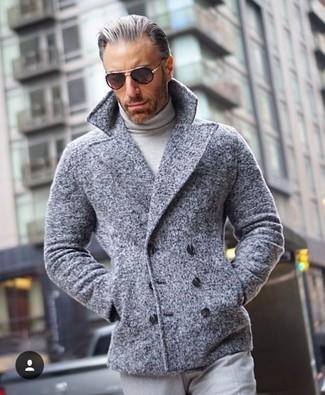 Comment porter: caban gris, pull à col roulé gris, pantalon de costume gris, lunettes de soleil noires