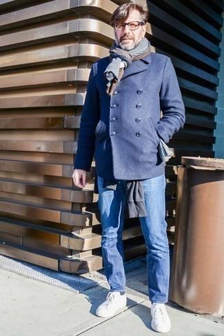 Tendances mode hommes: Essaie d'harmoniser un caban bleu marine avec un jean bleu pour achever un look habillé mais pas trop. Si tu veux éviter un look trop formel, assortis cette tenue avec une paire de des baskets basses en toile blanches.
