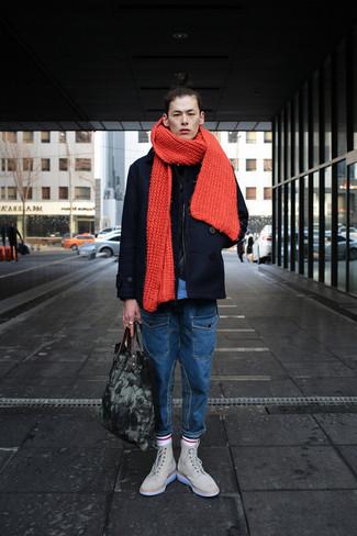 Comment porter: caban noir, jean bleu, bottes de loisirs en daim beiges, sac fourre-tout en toile gris foncé