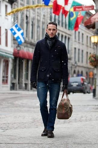 Comment porter une écharpe: Porte un caban bleu marine et une écharpe pour un look confortable et décontracté. D'une humeur audacieuse? Complète ta tenue avec une paire de des bottes de loisirs en cuir marron foncé.