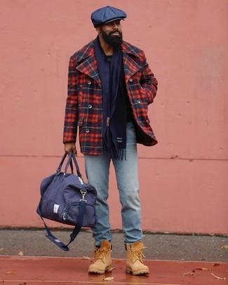 Comment porter: caban écossais rouge et bleu marine, jean bleu clair, bottes de travail en daim marron clair, fourre-tout en toile bleu marine