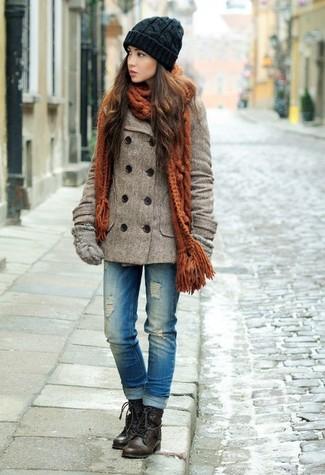 Comment porter: caban marron, jean déchiré bleu, bottines plates à lacets en cuir marron foncé, gants en laine gris