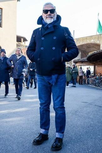 Comment porter des lunettes de soleil noires après 60 ans: Associe un caban bleu marine avec des lunettes de soleil noires pour une tenue idéale le week-end. D'une humeur créatrice? Assortis ta tenue avec une paire de des chaussures derby en cuir noires.