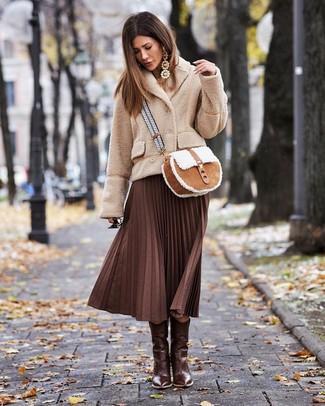Comment porter des boucles d'oreilles marron clair à 30 ans: Opte pour un caban en polaire beige avec des boucles d'oreilles marron clair pour une tenue relax mais stylée. Une paire de des bottes western en cuir marron foncé est une option parfait pour complèter cette tenue.
