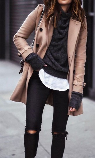 Comment porter un pull à col boule gris foncé: Harmonise un pull à col boule gris foncé avec un jean skinny déchiré noir pour une impression décontractée.