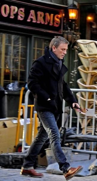 Tenue de Daniel Craig: Caban noir, Jean gris foncé, Bottes brogue en cuir marron, Écharpe gris foncé