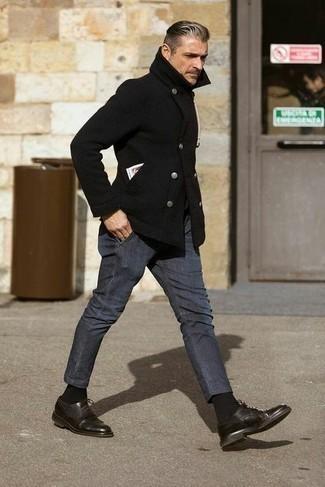 Comment porter un pantalon chino gris foncé: Pense à opter pour un caban noir et un pantalon chino gris foncé pour un look idéal au travail. Rehausse cet ensemble avec une paire de chaussures richelieu en cuir marron foncé.