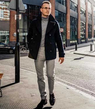 Comment porter: caban noir, pull à col roulé gris, pantalon de costume gris, bottines chelsea en cuir marron foncé
