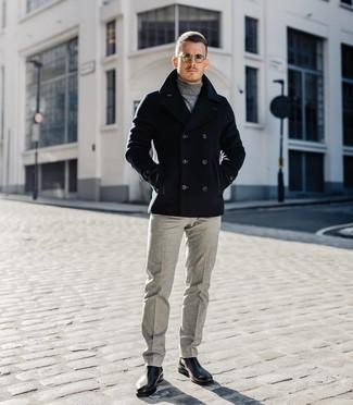 Comment porter: caban noir, pull à col roulé gris, pantalon de costume en laine gris, bottines chelsea en cuir noires