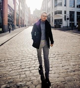 Comment porter: caban noir, pull à col roulé en laine gris, pantalon de costume en laine gris, bottines chelsea en cuir noires