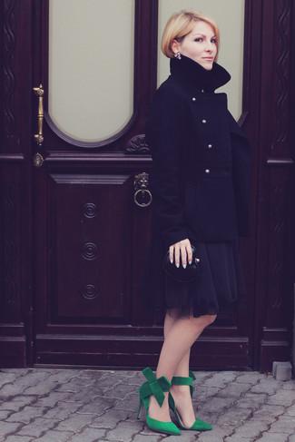 Comment porter: caban noir, robe de cocktail en chiffon noire, escarpins en daim verts, pochette en cuir noire