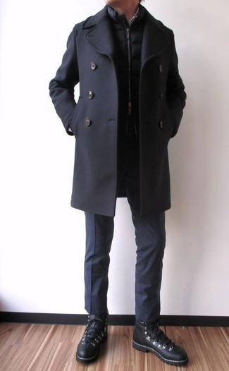 Comment porter: caban noir, veste sans manches matelassée noire, pantalon de costume noir, baskets montantes en cuir noires