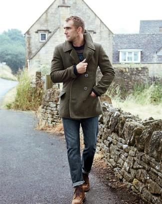 Comment porter: caban olive, pull à col rond en jacquard bleu marine, jean bleu, bottes de loisirs en daim marron