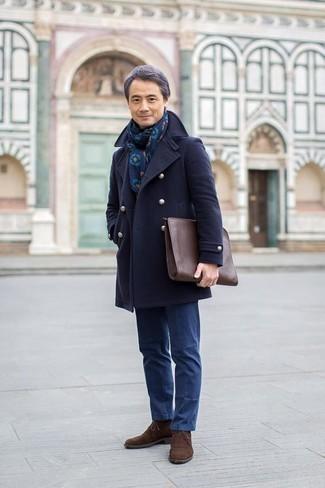 Comment porter des bottines chukka avec un pantalon chino: Pense à porter un caban bleu marine et un pantalon chino pour prendre un verre après le travail. Décoince cette tenue avec une paire de des bottines chukka.