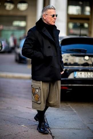 Tenue de Nick Wooster: Caban noir, Pantalon chino en laine beige, Chaussures derby en cuir noires, Écharpe en tricot noire