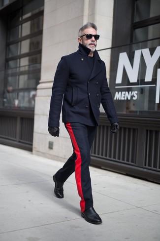 Comment porter: caban bleu marine, pantalon de costume en laine bleu marine, bottines chelsea en cuir noires, gants en cuir noirs