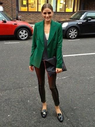 Tenue de Olivia Palermo: Caban vert foncé, Pull à col en v gris foncé, Leggings en cuir noirs, Mocassins à pampilles en cuir noirs