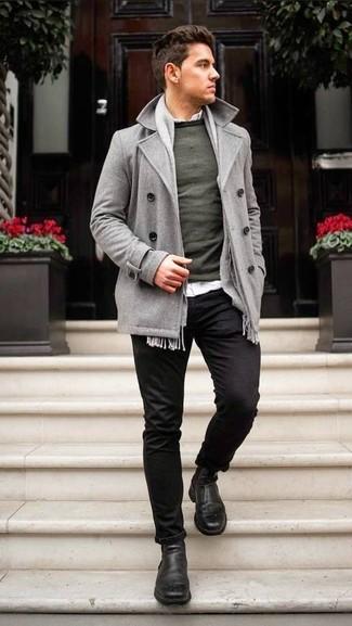 Comment porter: caban gris, pull à col rond vert foncé, chemise à manches longues blanche, pantalon chino noir