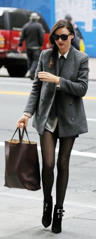 Tenue de Miranda Kerr: Caban gris, Pull à col rond gris, Chemise de ville grise, Short en cuir noir
