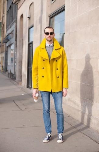 Comment porter: caban jaune, pull à col rond gris, chemise de ville en vichy bleu clair, jean skinny bleu