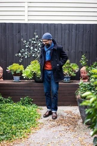Comment porter un pull à col rond orange: Essaie de marier un pull à col rond orange avec un jean bleu marine pour un déjeuner le dimanche entre amis. Une paire de des bottines chukka en cuir marron foncé est une option judicieux pour complèter cette tenue.