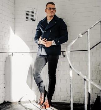 Comment porter: caban bleu marine, pull à col rond gris, jean skinny noir, bottes brogue en cuir marron