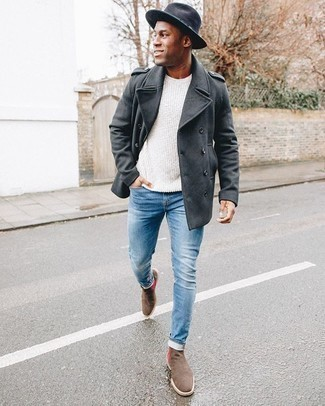 Comment porter un jean skinny bleu clair: Essaie d'harmoniser un caban gris foncé avec un jean skinny bleu clair pour affronter sans effort les défis que la journée te réserve. Choisis une paire de des bottines chelsea en daim marron pour afficher ton expertise vestimentaire.