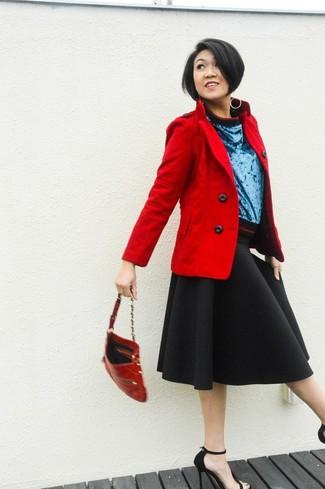 Associe un caban rouge avec une jupe évasée noire pour une tenue raffinée mais idéale le week-end. Transforme-toi en bête de mode et fais d'une paire de des sandales à talons en daim noires ton choix de souliers.