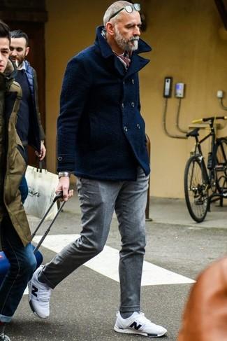 Comment porter un pantalon de costume en laine gris: Associe un caban bleu marine avec un pantalon de costume en laine gris pour une silhouette classique et raffinée. Si tu veux éviter un look trop formel, opte pour une paire de des chaussures de sport blanches.