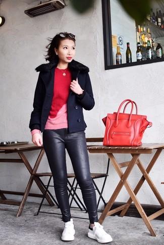 Comment porter: caban bleu marine, pull à col rond rouge, pantalon slim en cuir noir, baskets basses en cuir blanches et noires
