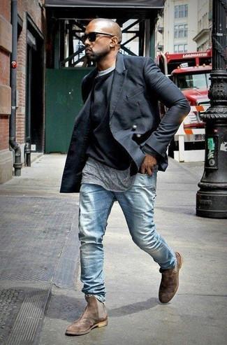 Tenue de Kanye West: Caban noir, Pull à col rond noir, T-shirt à col rond gris, Jean bleu clair