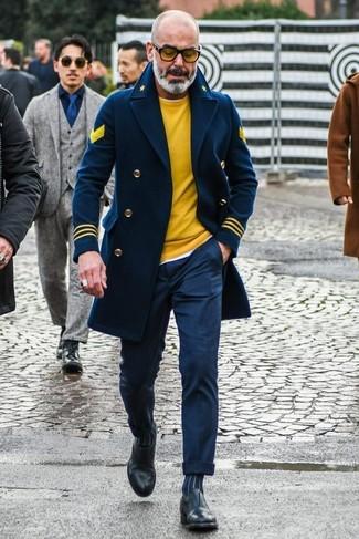 Comment porter: caban bleu marine, pull à col rond jaune, t-shirt à col rond blanc, pantalon de costume bleu marine
