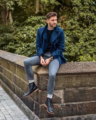 Comment porter: caban bleu marine, pull à col rond noir, t-shirt à col rond blanc, pantalon de costume gris