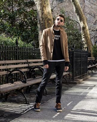 Comment porter: caban marron clair, pull à col rond imprimé noir et blanc, t-shirt à col rond blanc, jean noir