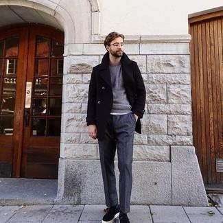 Comment porter des chaussettes gris foncé: Essaie de marier un caban bleu marine avec des chaussettes gris foncé pour une tenue idéale le week-end. Complète cet ensemble avec une paire de baskets basses en daim noires pour afficher ton expertise vestimentaire.