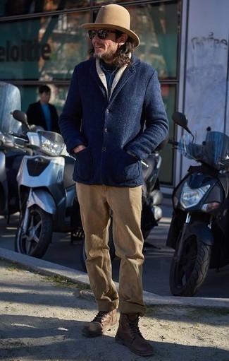 Comment porter des bottes de loisirs en cuir tabac: Opte pour un caban bleu marine avec un pantalon chino marron clair pour aller au bureau. Cette tenue est parfait avec une paire de des bottes de loisirs en cuir tabac.
