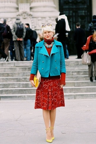 Comment porter: caban turquoise, pull à col roulé en tricot rouge, escarpins en cuir jaunes, pochette en cuir jaune