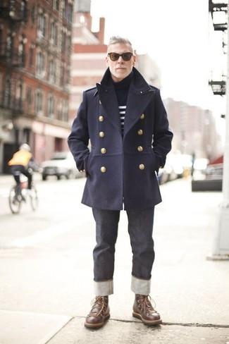 Comment porter: caban bleu marine, pull à col roulé à rayures horizontales bleu marine et blanc, jean gris foncé, bottes de loisirs en cuir marron foncé
