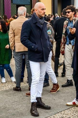 Comment porter des bottes de loisirs en cuir marron foncé: Porte un caban bleu marine et un jean blanc pour créer un look chic et décontracté. Une paire de des bottes de loisirs en cuir marron foncé s'intégrera de manière fluide à une grande variété de tenues.